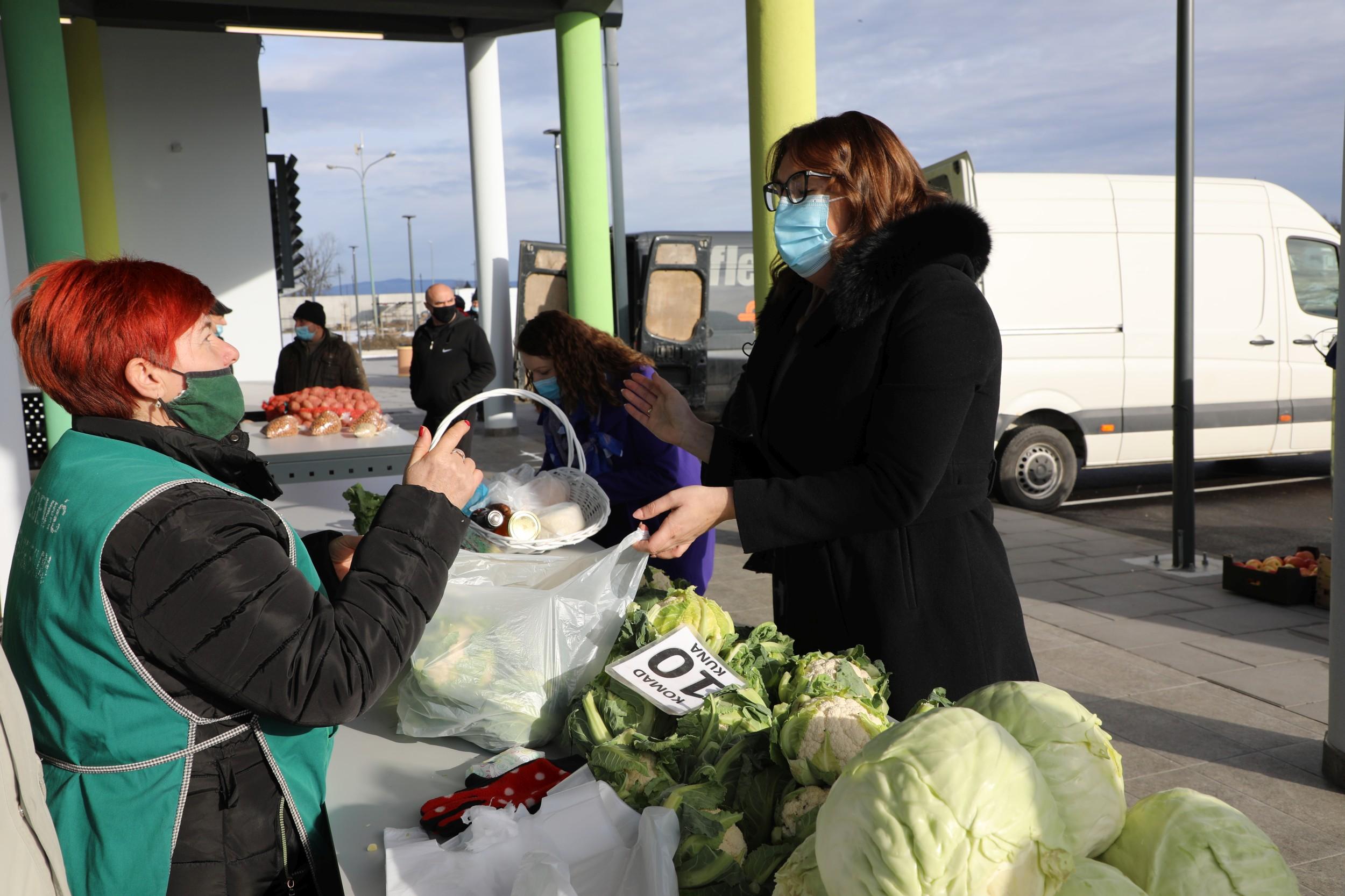 Poljoprivrednici prvim radnim danom otvorili novu pleterničku Gradsku tržnicu – Gradonačelnica najavila poljoprivredni inkubator
